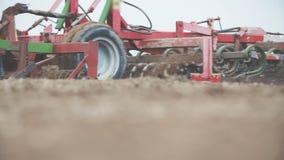 Bonde som odlar fältet genom att använda harv - slowmotion fors lager videofilmer