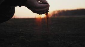 Bonde som rymmer jordning i handnärbild stock video
