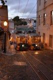 Bonde tradicional em uma rua estreita em Lisboa, Portugal Foto de Stock Royalty Free