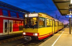 Bonde-trem na estação de trem de Karlsruhe imagens de stock royalty free