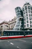 Bonde vermelho de Praga que passa a casa da dança Fotografia de Stock