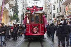 Bonde vermelho na rua de Istiklal em Istambul, Turquia 30 de dezembro de 2017 Imagens de Stock Royalty Free
