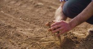 BondeExamining Soil In jordbruks- fält, jordbruk, lantbruk, ekologi stock video