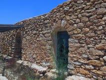 Bondehus som göras av stenen i Sicilien Italien arkivbild