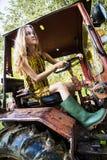Bondekvinnaarbete på traktoren Royaltyfri Bild