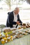 Bondes marknad i i stadens centrum Hilo med stallen Arkivbild