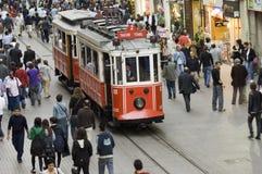 Bondes nostálgicos que passam através da rua de Istiklal Fotografia de Stock Royalty Free