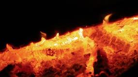 Bondfire-Glut in der Dunkelheit stockfotografie