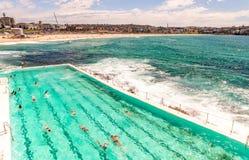 bondi Σύδνεϋ παραλιών Ωκεανός με με την κολύμβηση ανθρώπων στοκ εικόνες