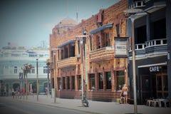 Bondi, Austrália, o 15 de janeiro de 2015 As ruas e as lojas da praia de Bondi com um vintage tonificam Fotos de Stock Royalty Free