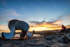 BONDI, AUSTRALIË - 9 NOV., 2015; Beeldhouwwerk door de Overzeese Jaarlijkse Festivalgebeurtenis 2015 Silhouet tegen een zonsonder Stock Afbeelding