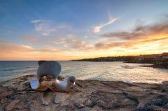 BONDI, AUSTRALIË - 9 NOV., 2015; Beeldhouwwerk door de Overzeese Jaarlijkse Festivalgebeurtenis 2015 Silhouet tegen een zonsonder Royalty-vrije Stock Fotografie