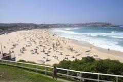 BONDI-STRAND, AUSTRALIEN - 16. März: Leute, die auf dem Strand sich entspannen Stockfotografie
