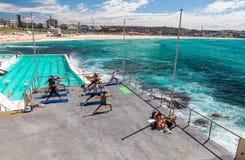 BONDI-STRAND, AUSTRALIEN - OKTOBER 2015: Leute entspannen sich auf dem Strand Lizenzfreie Stockbilder