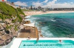 BONDI-STRAND, AUSTRALIEN - OKTOBER 2015: Leute entspannen sich auf dem Strand Lizenzfreie Stockfotografie