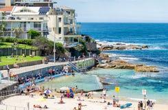 BONDI-STRAND, AUSTRALIEN - OKTOBER 2015: Leute entspannen sich auf dem Strand Stockfoto