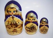 A boneca é uma lembrança popular do russo fotos de stock royalty free