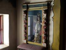 A boneca antiga gosta da escultura no museu de Carmel Mission Fotografia de Stock Royalty Free