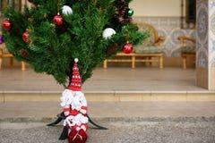 Boneca bonito de Papai Noel sob a árvore de Natal Foto de Stock Royalty Free