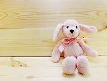 A boneca bonito do coelho no fundo de madeira e o espaço copiam Foto de Stock Royalty Free