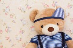 Boneca bonito do urso na roupa azul Foto de Stock Royalty Free