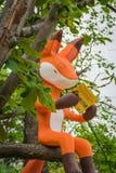A boneca da raposa na árvore em Nami Island imagem de stock