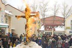 Boneca de Maslenitsa no incêndio. Fim do inverno Foto de Stock Royalty Free