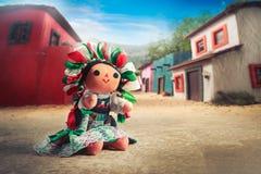 Boneca de pano mexicana em um vestido tradicional em uma vila mexicana fotografia de stock