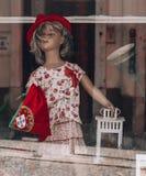 Boneca de Portugal com bandeira nacional e chapéu foto de stock