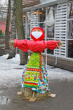 Boneca de Shrovetide na roupa tradicional no feriado de Shrovetide no eremitério do parque Foto de Stock
