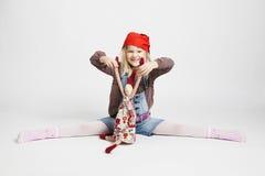 Boneca de sorriso do duende do Natal da terra arrendada da menina Imagem de Stock