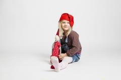 Boneca de sorriso do duende do Natal da terra arrendada da menina Fotografia de Stock
