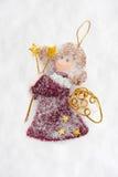 Boneca do anjo feita da tela na neve fotografia de stock
