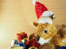 Boneca do cão com chapéu vermelho, Natal Imagens de Stock