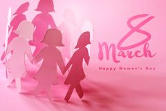 A boneca do papel da menina do rosa de SSweet no fundo cor-de-rosa para feliz Imagem de Stock Royalty Free