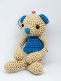 Boneca do urso de peluche no fundo branco Fotos de Stock Royalty Free