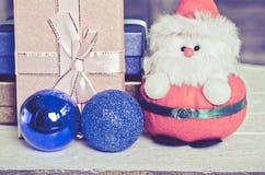 Boneca e caixas de presente de Santa com madeira Imagem de Stock Royalty Free
