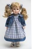Boneca feito a mão da porcelana cerâmica com cabelo louro longo com cauda fotos de stock royalty free