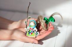 Boneca feito a mão popular do russo tradicional fotografia de stock