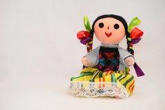 Boneca tradicional, feita por senhoras indianas mexicanas fora do pano, das linhas e das fitas, equipamento colorido vestindo fotografia de stock royalty free