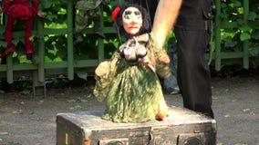 Boneca um fantoche nas cordas 4K vídeos de arquivo