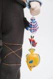 Boneca velha feito a mão da porcelana cerâmica do pescador idoso com peixes Foto de Stock Royalty Free