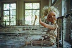 Boneca velha na zona de exclusão de Chornobyl Zona radioativa na cidade de Pripyat - cidade fantasma abandonada História de Chern imagem de stock