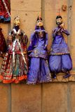 Bonecas acima vestidas na exposição Fotografia de Stock