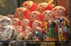 Bonecas checas do assentamento na exposição em Praga Imagem de Stock