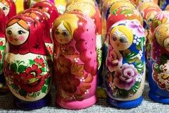 Bonecas coloridas bonitas Matreshka do assentamento do russo no mercado Matrioshka é símbolo cultural dos povos de Rússia Fotos de Stock Royalty Free