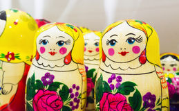 Bonecas coloridas brilhantes de Matryoshka, lembrança popular Imagem de Stock