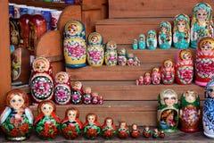 Bonecas coloridas de Matryoshka no mercado Fotografia de Stock