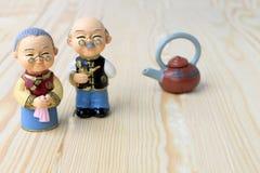Bonecas da avó e do vovô no estilo uniforme chinês que está no fundo de madeira no ano novo chinês Imagens de Stock