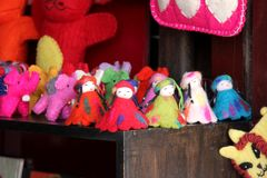 Bonecas de lã em um do mercado local Fotos de Stock